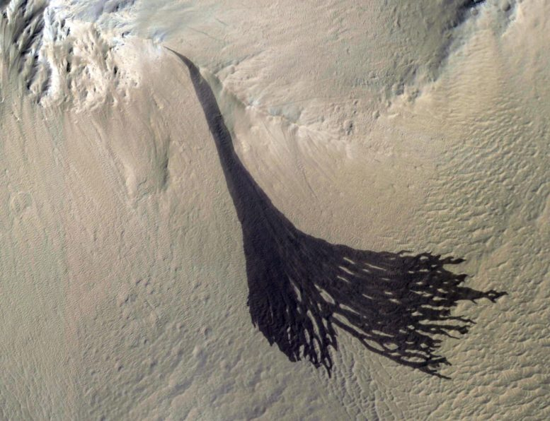 Amazing MRO Image Shows Streaks Forming on the Downhill Slopes of Mars