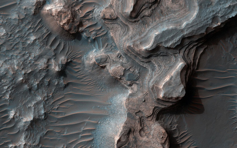 New HiRISE Image of Layered Deposits in Uzboi Vallis