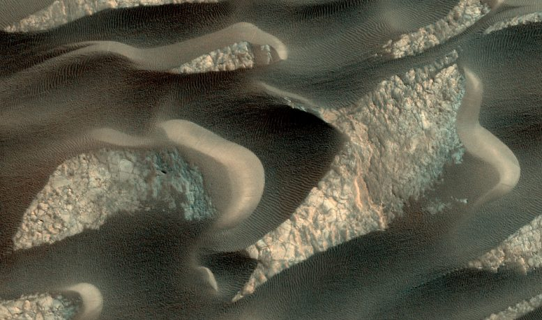 New Image of Sand Dunes on Mars