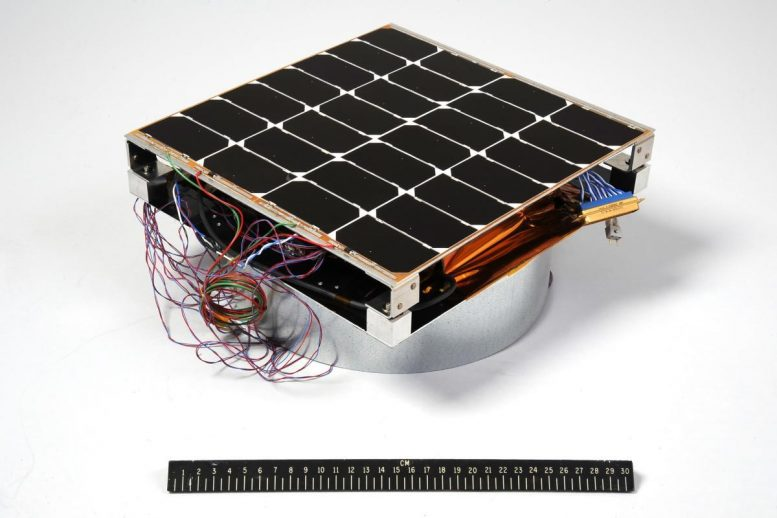 Photovoltaic Radio-frequency Antenna Module