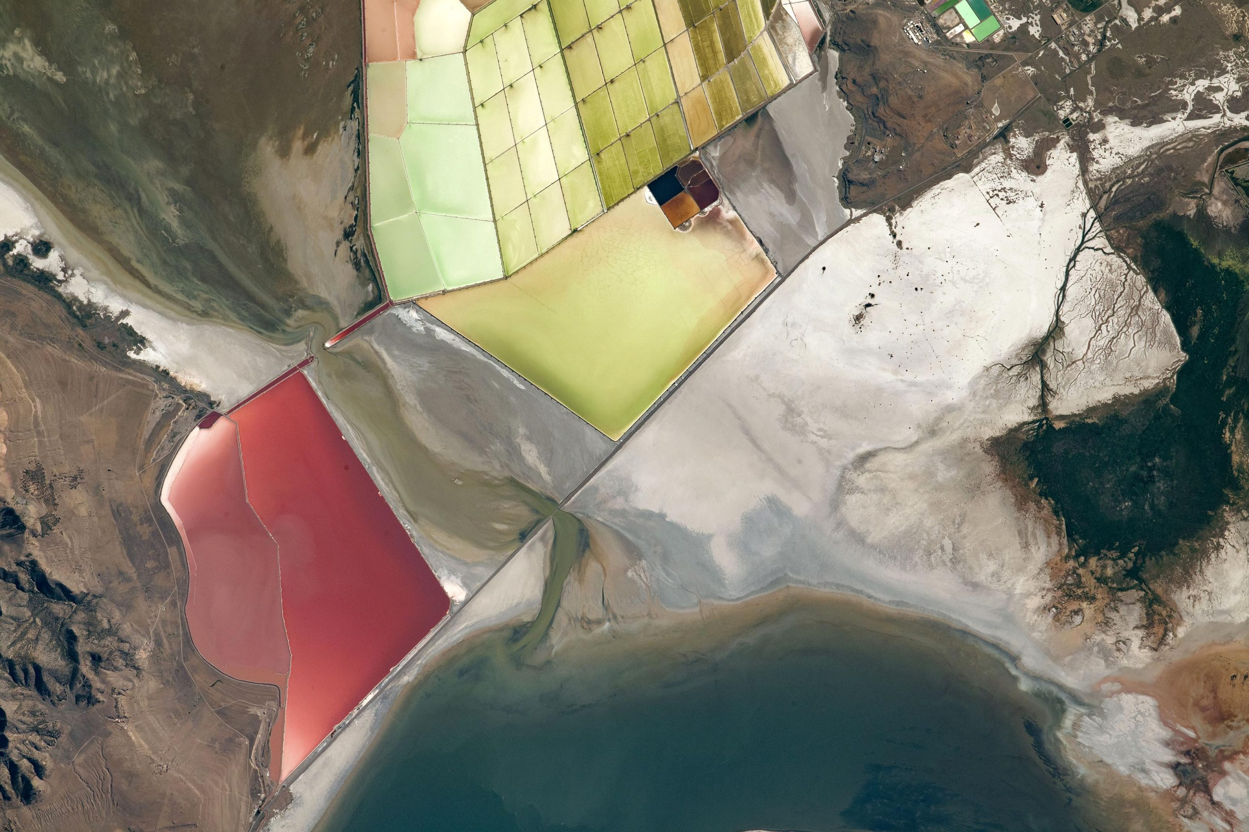 Coloring the Great Salt Lake – Astronaut Takes Beautiful Photograph From Space Station