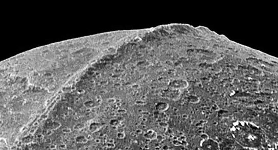iapetus-saturn-the-wall