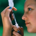 teenager-injecting-insulin